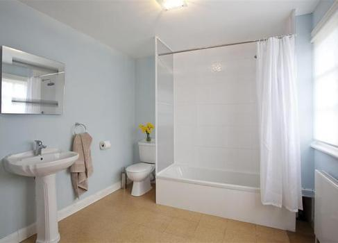 Barton Lake Cottage Bathroom