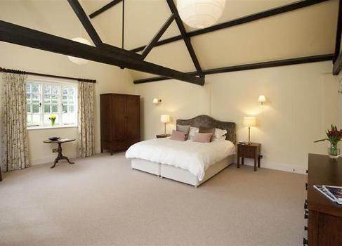 Barton Lake Cottage bedroom