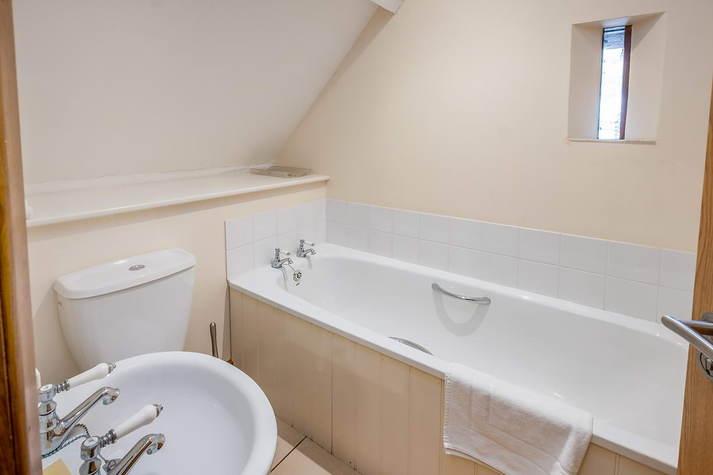 Kiln Cottage twin room bathroom.JPG