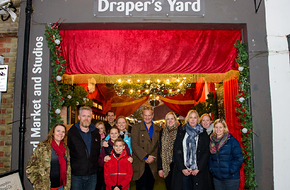 Hugh Bonneville with Judge's Choice Winners Draper's Yard.jpg
